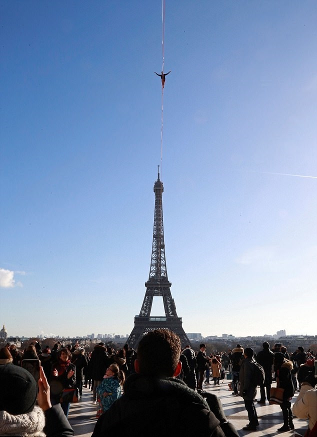 تصاویر | لحظات هیجانانگیز بندبازی در آسمان پاریس
