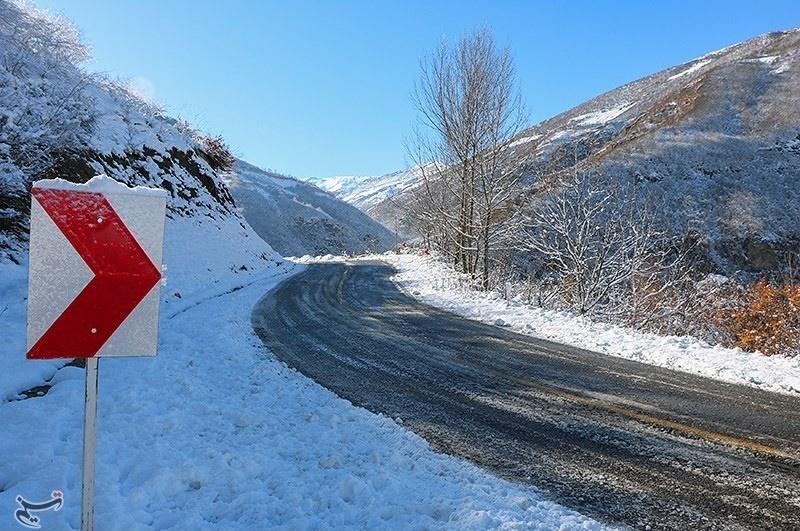 آغاز بارش پراکنده برف در محور «قزوین- الموت»