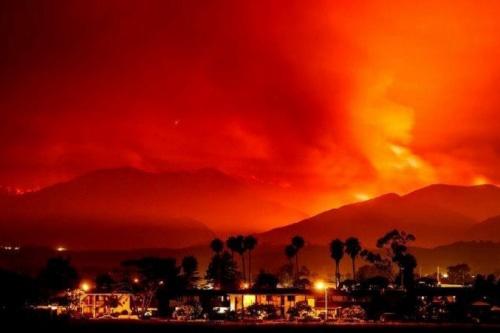 فیلم | آتش کالیفرنیا ۲۰۰ هزار نفر را از سانتاباربارا فراری داد