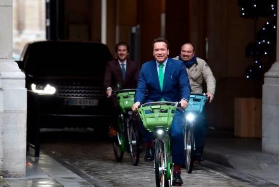 تصاویر   دوچرخهسواری آرنولد شوارتزنگر در خیابانهای پاریس