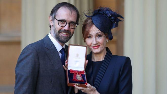تصاویر | نشان افتخاری کاخ باکینگهام در دستان خالق «هری پاتر»