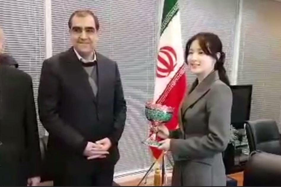 فیلم | ملاقات وزیر بهداشت با «یانگوم» و تقدیر از او بخاطر کمک به زلزلهزدگان ایران