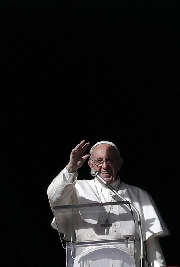 تصاویر | شمع تولد ٨۱ سالگی پاپ فرانسیس بر روی پیتزای ۴ متری