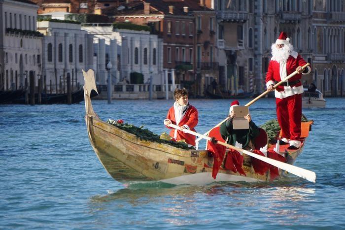 تصاویر | قایقسواری بابانوئلها در ونیز ایتالیا