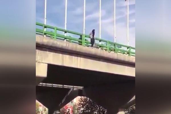 فیلم | نجات دختر جوان قبل از خودکشی از روی پل چمران اصفهان