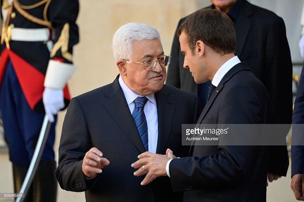 فیلم   استقبال مکرون از  رئیس تشکیلات خودگردان فلسطین در الیزه