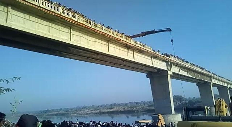 تصاویر | واژگونی اتوبوس در رودخانهای در هند | ۳۳ نفر کشته شدند