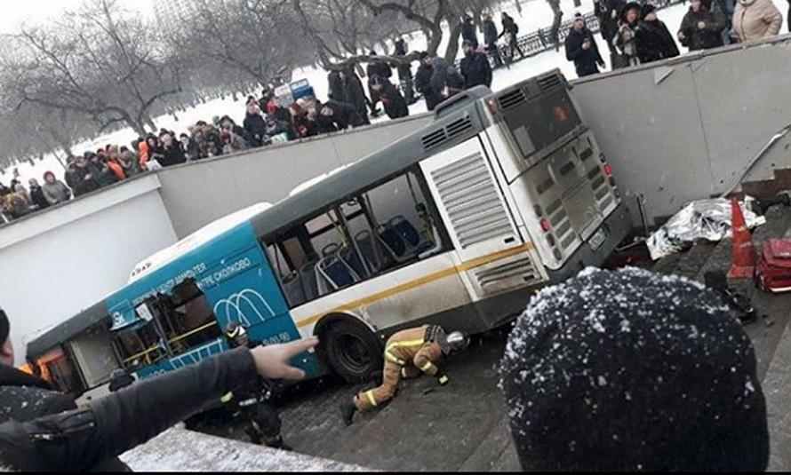 تصاویر   ورود اتوبوس به ایستگاه مترو در مسکو   ۵ نفر کشته شدند