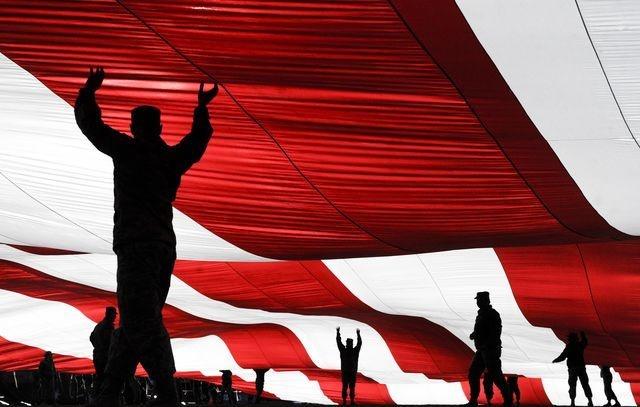 عکس   سایههای زیر پرچم در عکس روز نشنال جئوگرافیک
