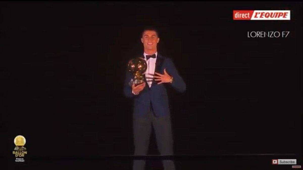 فیلم | لحظه رونمایی از رونالدو و پنجمین توپ طلای او زیر برج ایفل