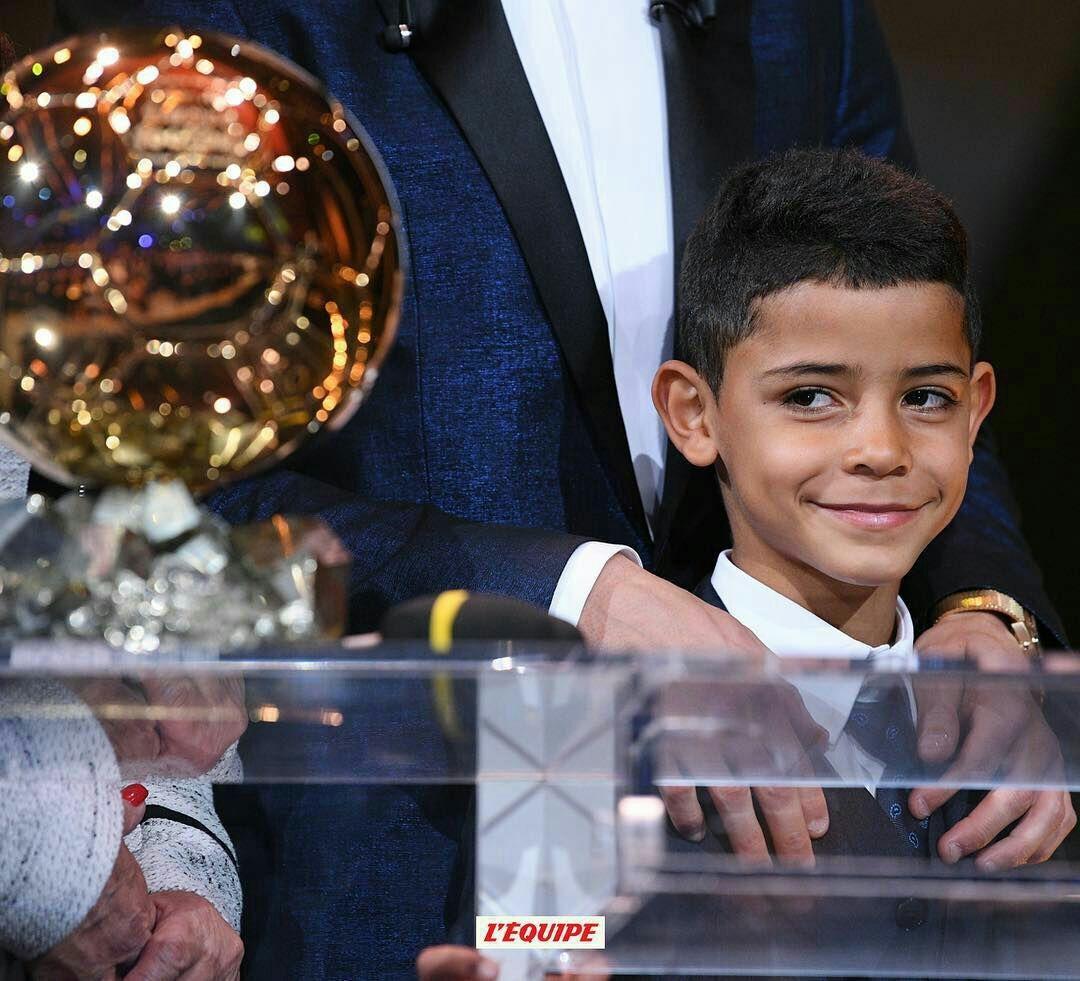 عکس   نگاه جالب رونالدو جونیور به پنجمین توپ طلای پدرش