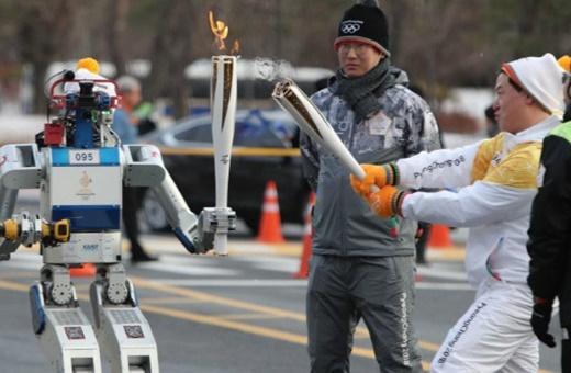 هوبو؛رباتی که مشعل المپیک را مثل یک انسان حمل کرد!