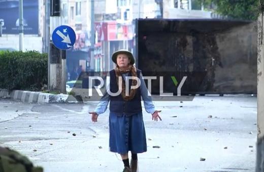 فیلم   پیرزن شجاعی که خود را میان معترضان و گلوله صهیونیستها قرار داد