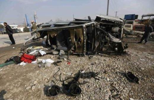 فیلم | بررسی صحنه انفجار بمب در مسیر کاروان ناتو در جنوب افغانستان