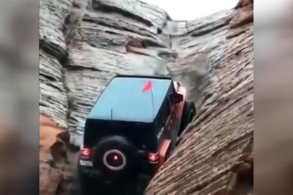 فیلم | قدرت خیرهکننده یک خودرو برای بالا رفتن از صخرهها