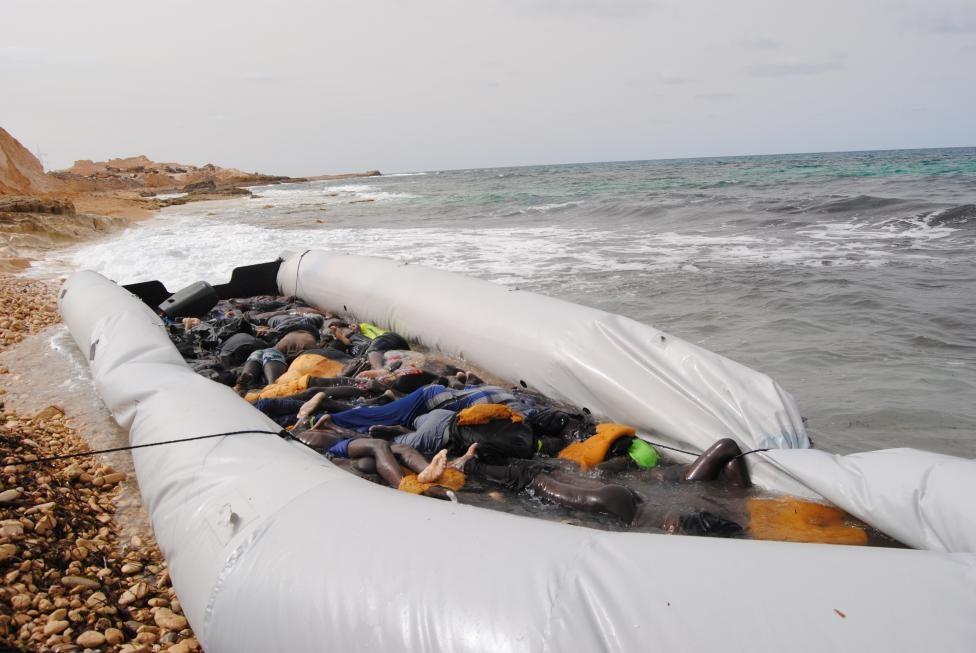 تصاویر | پیدا شدن اجساد ۷۴ مهاجر در سواحل لیبی