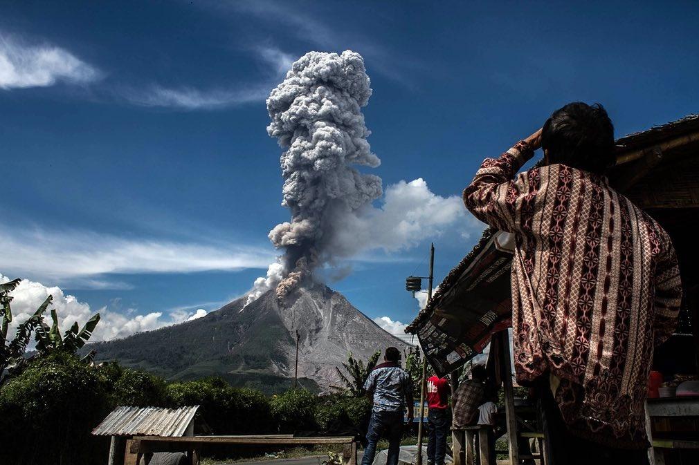 عکس | فوران آتشفشان در کوه سینابونگ اندونزی