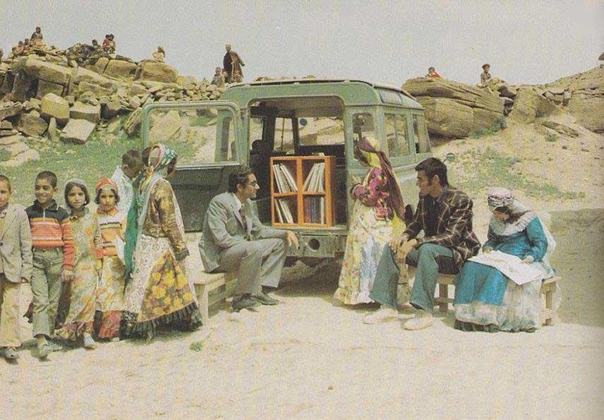 عکس | کتابفروش سیار ایرانی در سال ۱۳۴۸