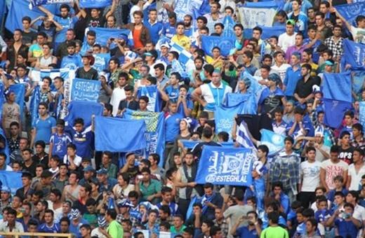تصویری از هواداران ایرانی که در انتظار دیدن ستارههای استقلال هستند