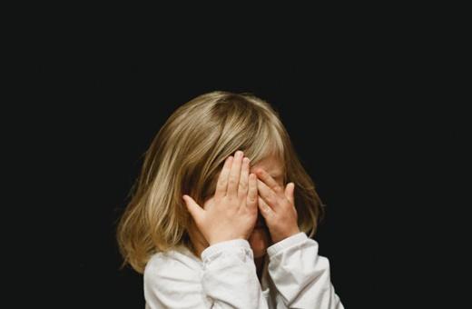 ۱۰ جملهای که هرگز نباید به بچهها بگویید/ مرد که گریه نمیکند!