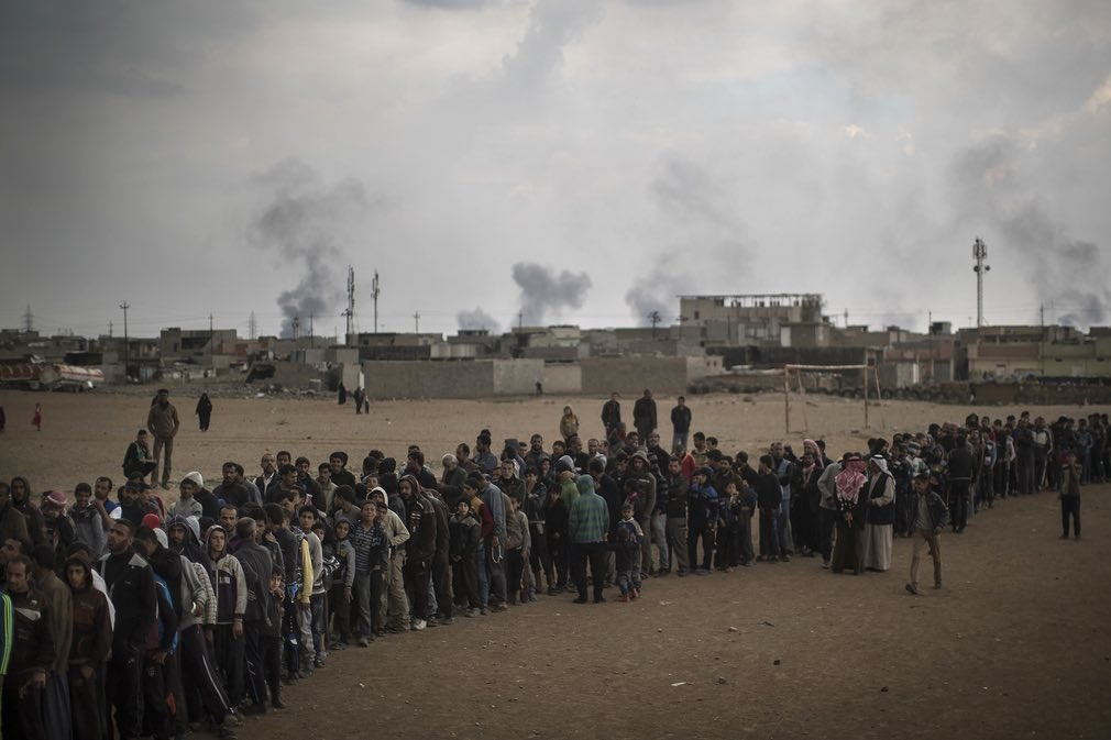 عکس | صحنه تاسفبار از صف طولانی ساکنان موصل برای دریافت غذا