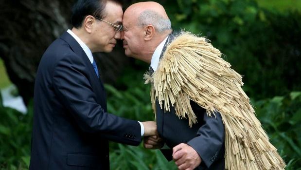 عکس | ادای احترام عجیب یکی از بزرگان مائوری به نخست وزیر چین
