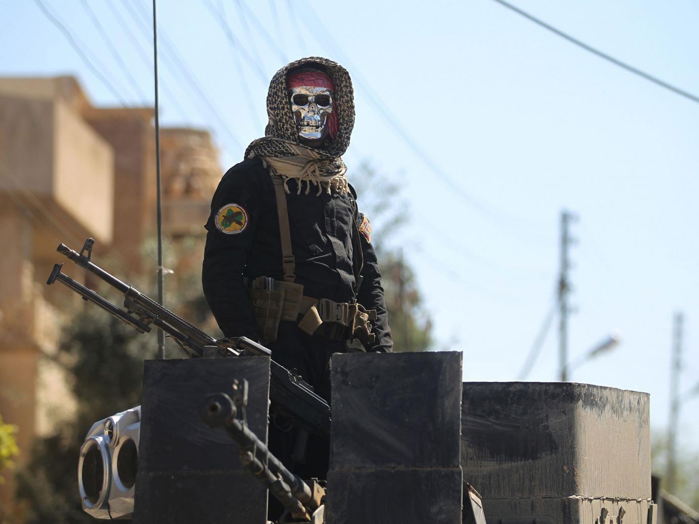 عکس | ظاهر عجیب و ترسناک سرباز عراقی در عملیات آزادسازی موصل
