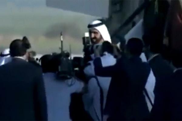 فیلم   زمین خوردن حاکم دبی هنگام پیاده شدن از هواپیما