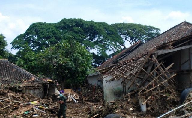 رانش زمین در اندونزی/ ۱۱نفر زیر گلولای حبس شدند