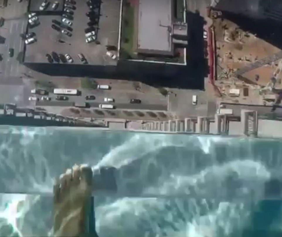 تصاویر | ترسناکترین استخر جهان در ارتفاع ۱۵۰ متری زمین