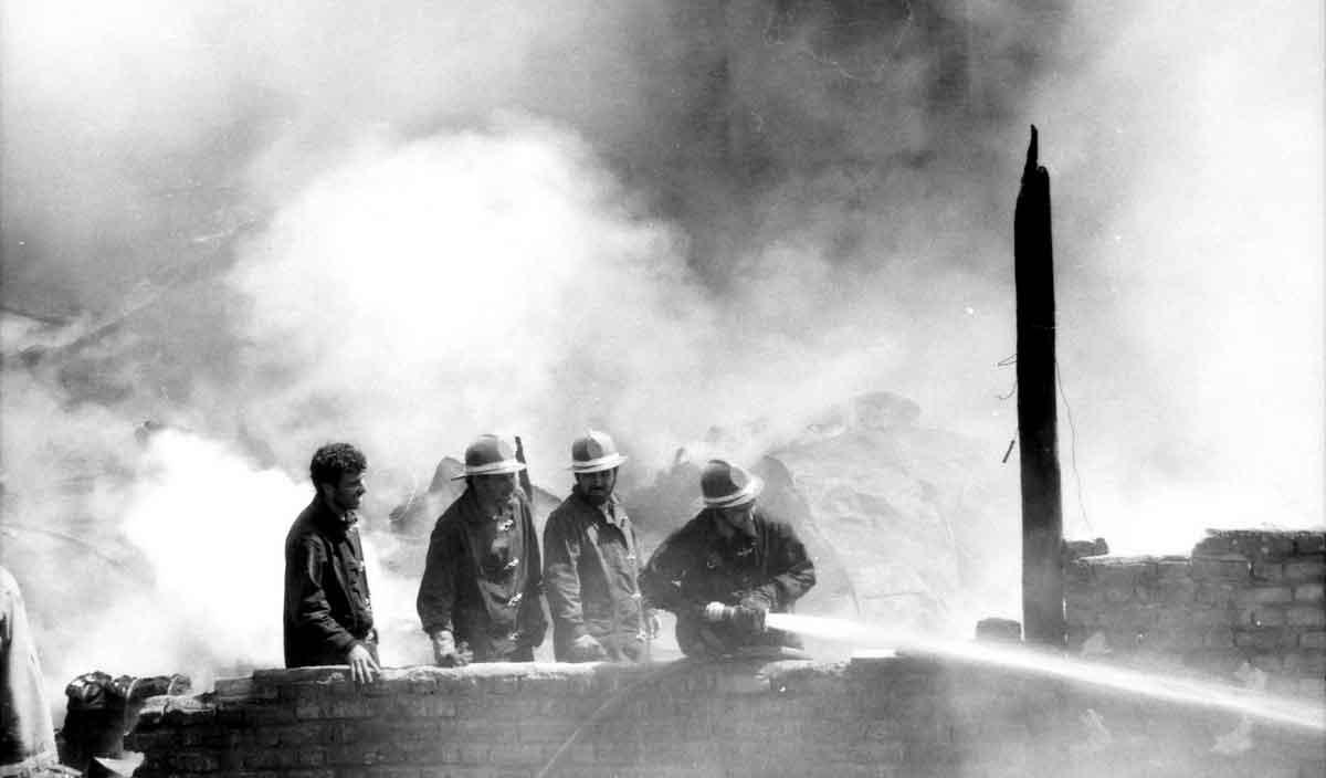 تصاویر   ۲۶ سال پیش در چنین روزی؛ مهار آتش در خیابان خانیآباد تهران