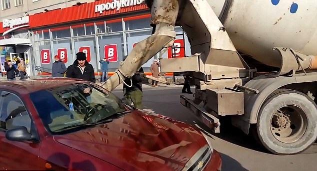 تصاویر | مردی که ماشین همسرش را با ملات سیمانی پر کرد