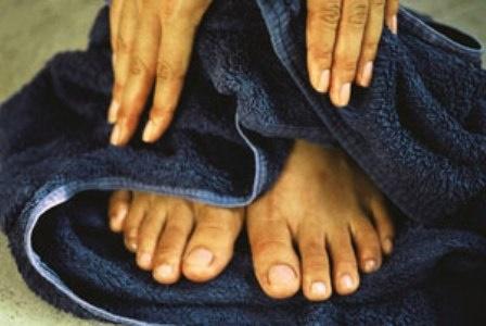 وقت نشستن، پاهایتان را مدام تکان میدهید؟ فقر آهن دارید!