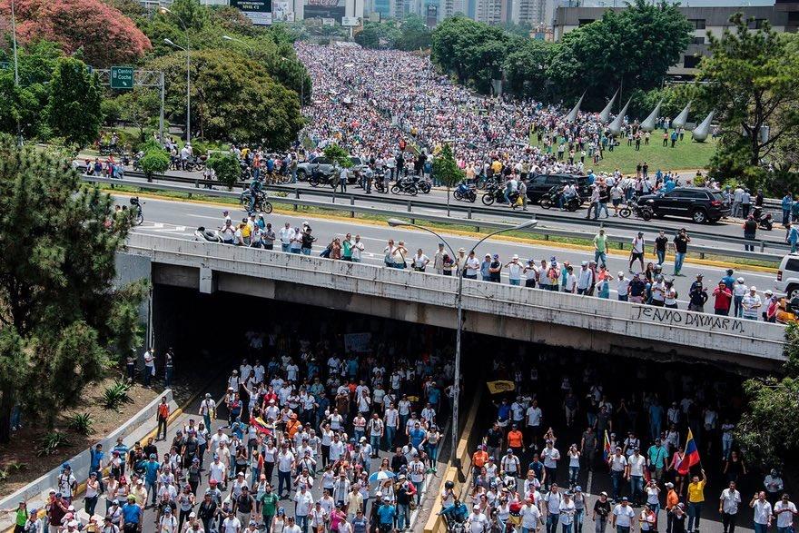 تصاویر   درگیری پلیس و معترضان در بزرگترین راهپیمایی ضد دولتی ونزوئلا