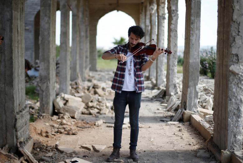 تصاویر | کنسرت تکنفره ویولونیست عراقی در میان آوارههای بهجامانده از داعش