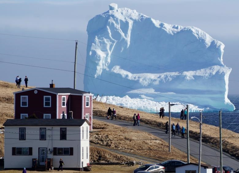 تصاویر | ظهور توده غولآسای یخ در ساحل کانادا