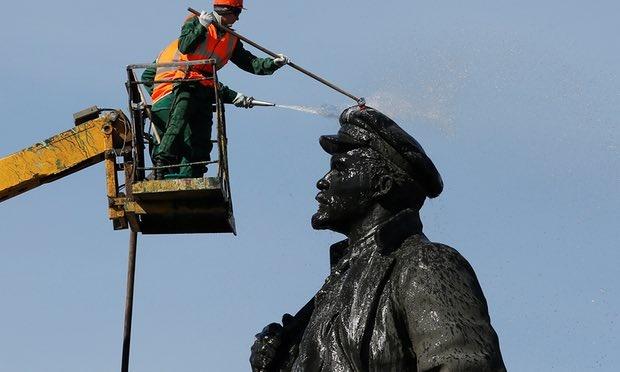 تصاویر | شستشوی مجسمه لنین در سالگرد تولدش