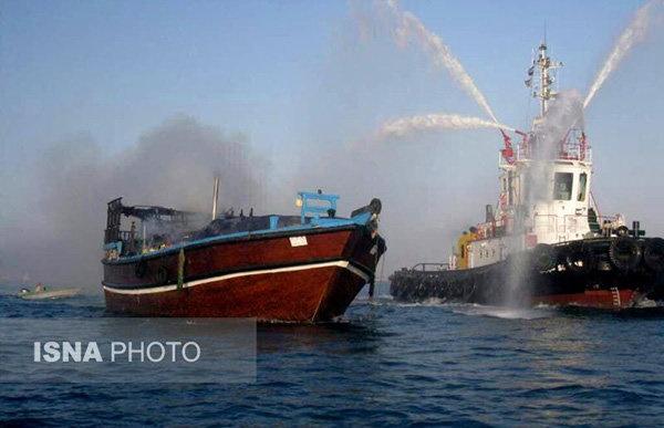 آتشسوزی در  لنج باری/ ناخدا در دریا غرق شد/ کالاها به اسکله صیادی بندرکنگ منتقل شدند