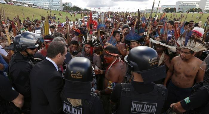 تصاویر | تظاهرات سرخپوستهای تیروکمان به دست در برزیل