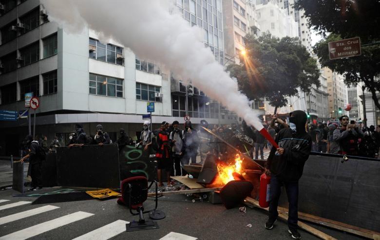 تصاویر   تظاهرات و درگیری برزیلیها در اعتراض به اصلاحات ریاضت اقتصادی