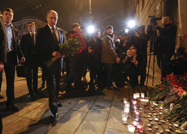 عکس   بازدید شبانه پوتین از محل حادثه تروریستی متروی سنپترزبورگ