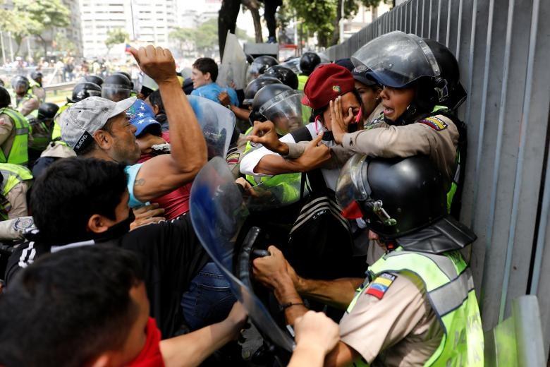 تصاویر   سرکوب معترضان دولت ونزوئلا با گاز اشکآور، آب پرفشار و اسپری فلفل