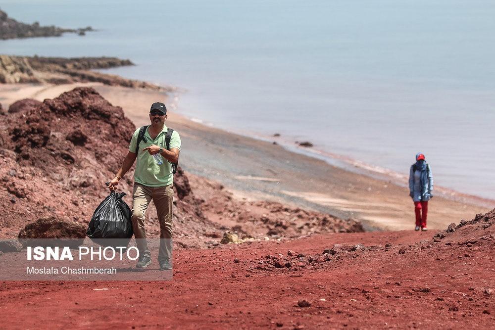 تصاویر   پاکسازی جزیره بکر هرمز از زبالهها