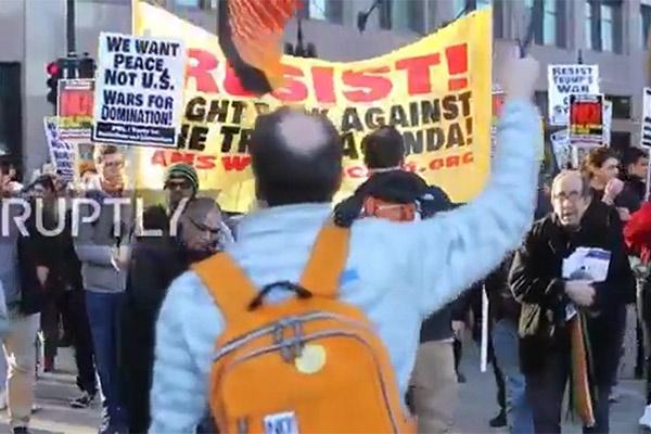 فیلم   اعتراض اهالی «شیکاگو» به تجاوز نظامی آمریکا به سوریه