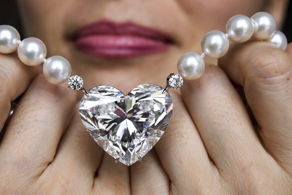 عکس | حراج بیعیب و نقصترین جواهر دنیا در گردنبند ۲۰ میلیون دلاری!