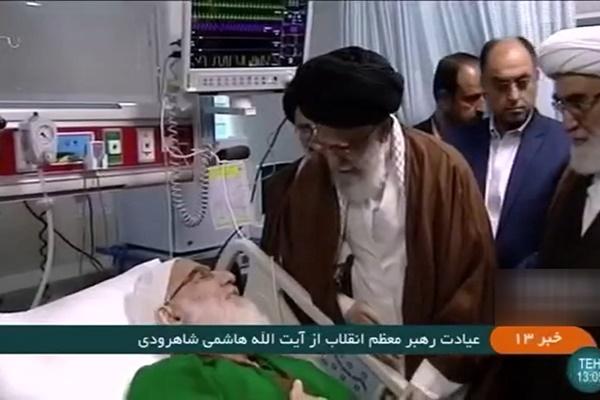فیلم   رهبر انقلاب بر بالین آیتالله هاشمی شاهرودی در بیمارستان