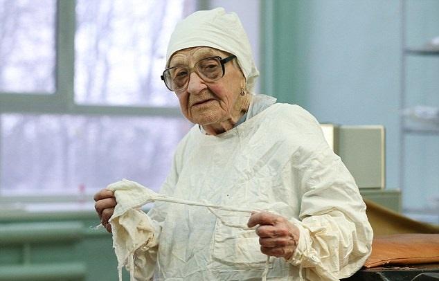 تصاویر | زنی که پیرترین جراح دنیاست