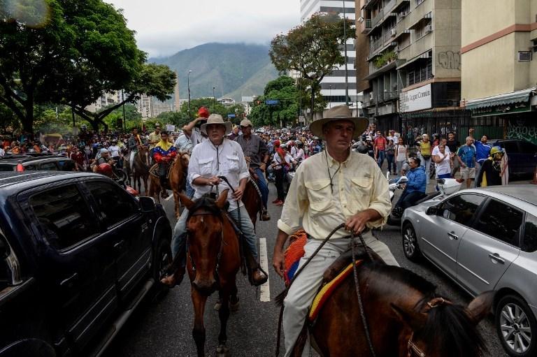 تصاویر | معترضان ونزوئلا خیابانها را قُرق کردند | تظاهرات مدنی سوار بر اسب و موتورسیکلت