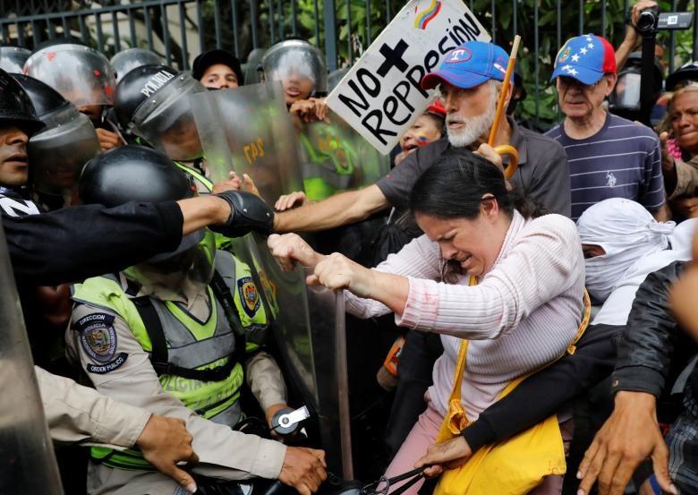 تصاویر | تظاهرات پدربزرگها و مادربزرگهای ونزوئلایی «برای آینده فرزندان و نوهها»