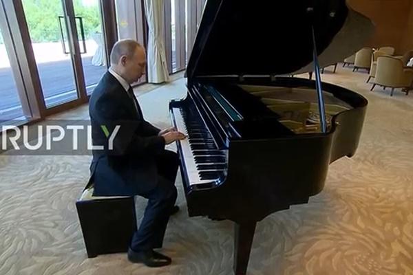 فیلم | پیانو نوازی پوتین در پکن